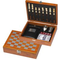 Spieleset mit Flachmann, Schach- und Kartenspiel