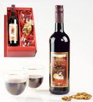 Vin Glögg mit gebrannten Mandeln und Gläsern